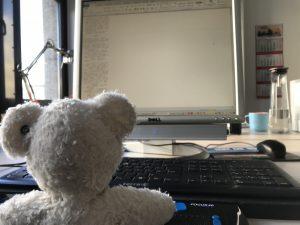 Mein Bärchen hat Freude an der Arbeit, er fühlt sich wohl an meinem Schreibtisch